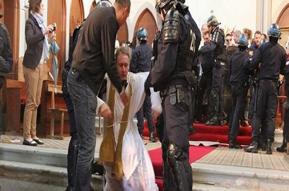 [:pl]Brutalna akcja policji francuskiej w paryskiej świątyni.[:]