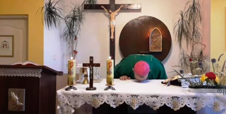 Wakacyjnie o znakach świętych- dlaczego ksiądz całuje ołtarz ??