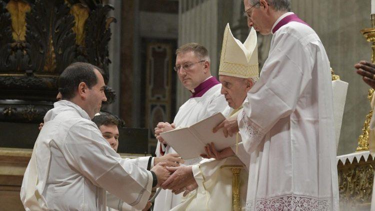Papież Franciszek  wyświęcił 19 kapłanów