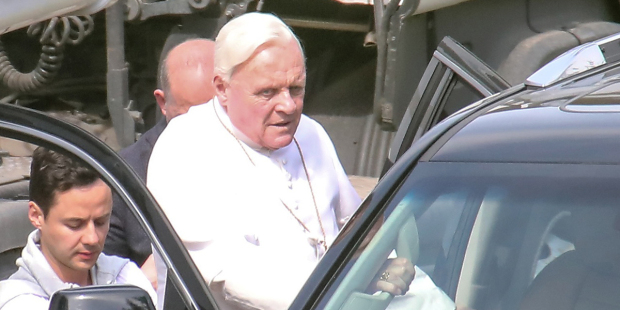 """""""Dwóch papieży"""" Netfliksa. Premiera filmu o Benedykcie XVI i Franciszku"""