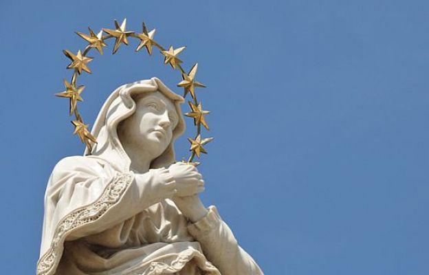 Wyniesiona nad chóry aniołów Niewiasta obleczona w słońce