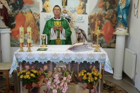 Tutaj Jezus przyjmuje grzeszników aby ich przytulić i nakarmić swoim Najświętszym Ciałem -niedzielna Msza święta w parafii w Wieluniu