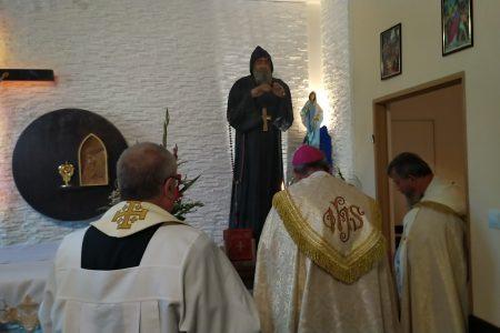 Relikwie i figura świeetgo charbela już w kaplicy biskupiej Najświętszego Sakramentu